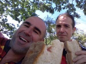 Comiendo bocatas de Jamón en Camponuera